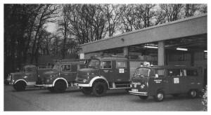 Gerätehaus mit Fahrzeugen 1995 sw